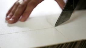 Τέμνων πίνακας κοντραπλακέ μαχαιριών επίπλων κινηματογραφήσεων σε πρώτο πλάνο απόθεμα βίντεο