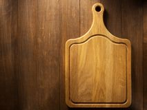 Τέμνων πίνακας στο ξύλο στοκ εικόνες με δικαίωμα ελεύθερης χρήσης