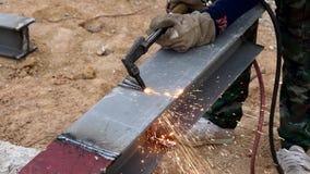Τέμνων σίδηρος με το φανό αερίου στην εργασία στο εργοτάξιο οικοδομής φιλμ μικρού μήκους