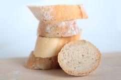 Τέμνων σωρός ψωμιού στο ξύλινο πιάτο στοκ εικόνες