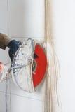 Τέμνων τοίχος με το ηλεκτρικό εργαλείο Στοκ εικόνες με δικαίωμα ελεύθερης χρήσης
