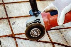 Τέμνων χάλυβας κατασκευής εργαζομένων καθαρός με το μύλο γωνίας Mashin Στοκ φωτογραφία με δικαίωμα ελεύθερης χρήσης