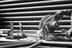 Τέμνων χάλυβας με τη μηχανή για το χάλυβα από τον εργαζόμενο Στοκ εικόνα με δικαίωμα ελεύθερης χρήσης