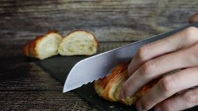 Τέμνων croissant απόθεμα βίντεο