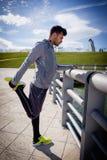 Τέντωμα ατόμων πριν από το τρέξιμο Στοκ φωτογραφία με δικαίωμα ελεύθερης χρήσης