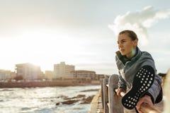 Τέντωμα γυναικών ικανότητας στον περίπατο παραλιών Στοκ φωτογραφία με δικαίωμα ελεύθερης χρήσης
