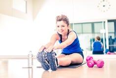 Τέντωμα γυναικών σε μια γυμναστική στοκ εικόνες με δικαίωμα ελεύθερης χρήσης