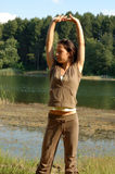 Τέντωμα γυναικών στο πάρκο Στοκ φωτογραφία με δικαίωμα ελεύθερης χρήσης