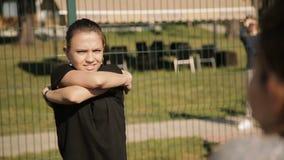 Τέντωμα εκμάθησης κοριτσιών στη φύση υπαίθρια απόθεμα βίντεο