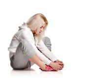 Τέντωμα κοριτσιών καθίσματος ξανθό φίλαθλο Στοκ Εικόνες