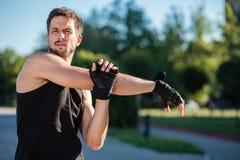 Τέντωμα νεαρών άνδρων μετά από το workout στοκ εικόνες