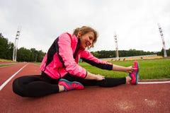 Τέντωμα πρίν τρέχει Στοκ φωτογραφία με δικαίωμα ελεύθερης χρήσης