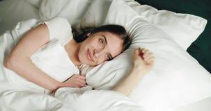 Τέντωμα στο κρεβάτι απόθεμα βίντεο