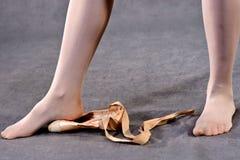 Τέντωμα των ποδιών στα παπούτσια Pointe στοκ φωτογραφίες με δικαίωμα ελεύθερης χρήσης