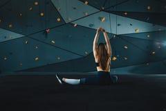 Τέντωμα gymnast του κοριτσιού που κάνει την κάθετη διάσπαση, σπάγγος στοκ εικόνα