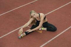 Τέντωμα Hurdler στην τρέχοντας πάροδο στοκ εικόνες