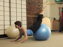 Τέντωμα Pilates στις σφαίρες άσκησης Στοκ φωτογραφία με δικαίωμα ελεύθερης χρήσης