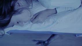 Τέρας που βγαίνει από κάτω από το κρεβάτι μικρών κοριτσιών παιδί εφιάλτη αποκριές απόθεμα βίντεο