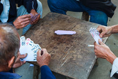 Τέσσερα άτομα που παίζουν ένα κινεζικό παιχνίδι καρτών Στοκ εικόνες με δικαίωμα ελεύθερης χρήσης