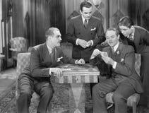 Τέσσερα άτομα που παίζουν τις κάρτες (όλα τα πρόσωπα που απεικονίζονται δεν ζουν περισσότερο και κανένα κτήμα δεν υπάρχει Εξουσιο Στοκ φωτογραφία με δικαίωμα ελεύθερης χρήσης