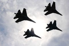 Τέσσερα αεροσκάφη καταπολεμούν τους μαχητές μεγάλοι ισχυροί ισχυροί SU-34 στρατιωτικοί μαχητές που πετούν στον ουρανό στοκ εικόνα