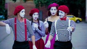 Τέσσερα αστεία mimes μιμούνται το τροχαίο στην πόλη απόθεμα βίντεο