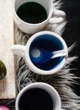Τέσσερα αυγά Πάσχας στη χρωστική ουσία χρωματισμού τροφίμων Στοκ φωτογραφία με δικαίωμα ελεύθερης χρήσης