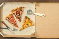 Τέσσερα διαφορετικά κομμάτια της πίτσας στο ανοικτό κιβώτιο παράδοσης Διάστημα για το κείμενο Στοκ Εικόνες