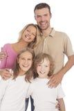 Τέσσερα ευτυχή καυκάσια οικογενειακά μέλη που στέκονται μαζί και smilin Στοκ Εικόνα