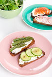 Τέσσερα διαφορετικά σάντουιτς στα πιάτα Στοκ εικόνα με δικαίωμα ελεύθερης χρήσης