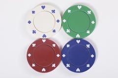Τέσσερα διαφορετικά τσιπ χαρτοπαικτικών λεσχών στο λευκό Στοκ εικόνα με δικαίωμα ελεύθερης χρήσης