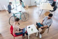 Τέσσερα ικανά freelancers και ανεξάρτητο ομο-worki αναδόχων Στοκ φωτογραφία με δικαίωμα ελεύθερης χρήσης