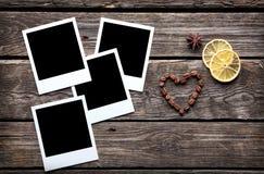 Τέσσερα κενά στιγμιαία πλαίσια φωτογραφιών με τα φασόλια καφέ Στοκ εικόνα με δικαίωμα ελεύθερης χρήσης