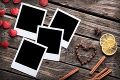 Τέσσερα κενά στιγμιαία πλαίσια φωτογραφιών με την καρδιά Στοκ εικόνα με δικαίωμα ελεύθερης χρήσης