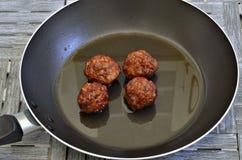 Τέσσερα κεφτή σε ένα τηγανίζοντας τηγάνι Στοκ Εικόνες