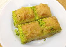 Τέσσερα κομμάτια του παραδοσιακού τουρκικού baklava στοκ φωτογραφία με δικαίωμα ελεύθερης χρήσης