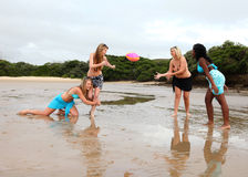 Τέσσερα κορίτσια που παίζουν το ράγκμπι παραλιών Στοκ φωτογραφία με δικαίωμα ελεύθερης χρήσης