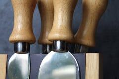 Τέσσερα μαχαίρια τυριών λαβών ξύλου οξιών στο μαγνητικό φραγμό Στοκ Εικόνες