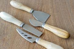 Τέσσερα μαχαίρια τυριών στο ξύλινο υπόβαθρο Στοκ φωτογραφίες με δικαίωμα ελεύθερης χρήσης