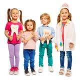 Τέσσερα μικρά παιδιά που παίζουν τους γιατρούς Στοκ εικόνες με δικαίωμα ελεύθερης χρήσης