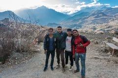Τέσσερα νέος Nepalese στο υπόβαθρο ενός AP τοπίων βουνών Στοκ φωτογραφία με δικαίωμα ελεύθερης χρήσης