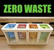 Τέσσερα δοχεία απορριμμάτων χρώματος, μηά έννοια αποβλήτων στοκ φωτογραφία