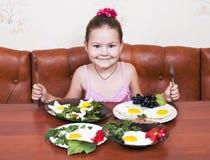 Τέσσερα πιάτα των ανακατωμένων αυγών, δύσκολη απόφαση Στοκ φωτογραφία με δικαίωμα ελεύθερης χρήσης