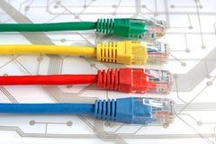 Τέσσερα πολυ χρωματισμένα καλώδια δικτύων στον πίνακα κυκλωμάτων Στοκ Φωτογραφίες