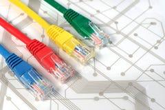Τέσσερα πολυ χρωματισμένα καλώδια δικτύων στον πίνακα κυκλωμάτων Στοκ φωτογραφία με δικαίωμα ελεύθερης χρήσης
