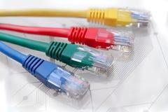 Τέσσερα πολυ χρωματισμένα καλώδια δικτύων στον πίνακα κυκλωμάτων Στοκ εικόνα με δικαίωμα ελεύθερης χρήσης