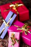Τέσσερα τυλιγμένα δώρα με τα χρυσά τόξα στοκ εικόνα