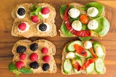 Τέσσερα υγιή ανοικτά σάντουιτς για ένα μεσημεριανό γεύμα πικ-νίκ Στοκ Φωτογραφία