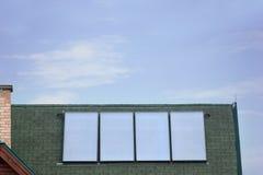 Τέσσερα φωτοβολταϊκά ηλιακά πλαίσια στη στέγη Στοκ εικόνα με δικαίωμα ελεύθερης χρήσης