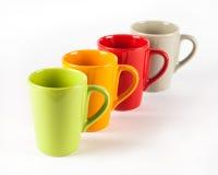 Τέσσερα φλυτζάνια τσαγιού χρώματος που παρουσιάζονται στη σειρά Στοκ εικόνα με δικαίωμα ελεύθερης χρήσης